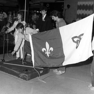 AUO-PHO-NB-6-1983-6_Premier levée du drapeau_1983