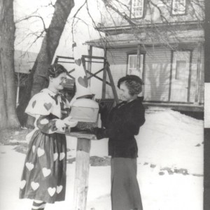 Deux dames célebrent la Saint Valentin_ 14 février 1940