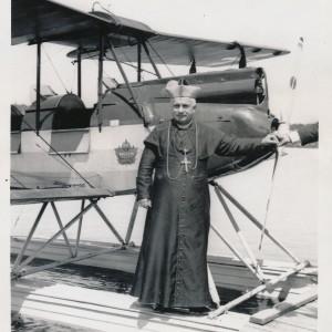 MgrHalléDevantL'avionDuPèreCouture