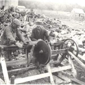 Sciage de bois sur la ferme de M. Gratton_1938